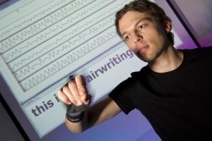 Airwriting: Aus Bewegungssignalen erkennt ein Computer in die Luft geschriebene Buchstaben. (Foto: Volker Steger)
